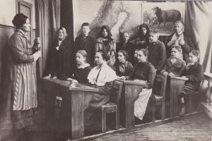 Margith Karlsson g Andersson ca 1926-27 i skolan - temat Ruskaby skola för 50 år sedan - klädd i sin mormors blus som var 50 år gammal