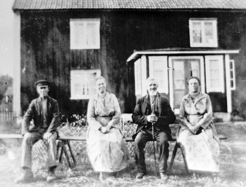 Viktor Jansson med döttrarna Hildur och Judit, samt drängen, framför huset på gården i Bågvik. Bilden är tagen före Gösta Flinks övertagande av gården. Bilden är hämtad från http://www.bygdeband.se/?post_type=attachment&p=2284148