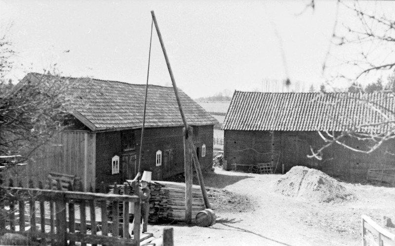 Ingvar Larsson håller i pumpstången. Bilden från ca 1937, innan Gösta Flinks övertagande av gården.