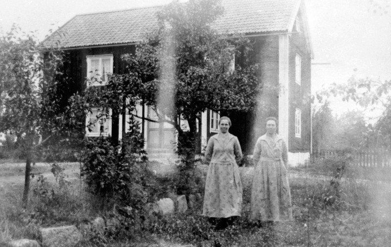 Systrarna Judit och Hildur Jansson framför föräldrahemmet i Bågvik. Bilden är tagen före Gösta Flinks övertagande av gården.